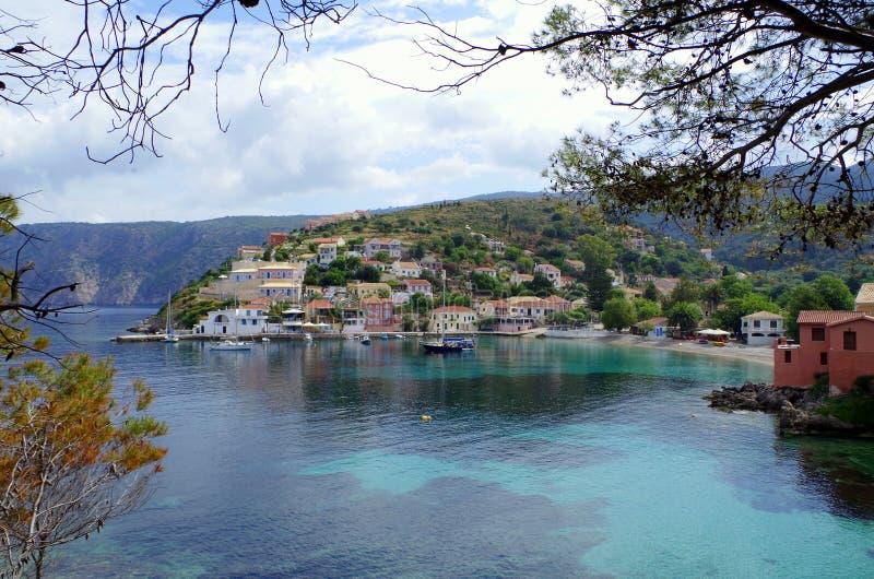 Baie bleue et port idyllique d'Assos, Kefalonia images stock