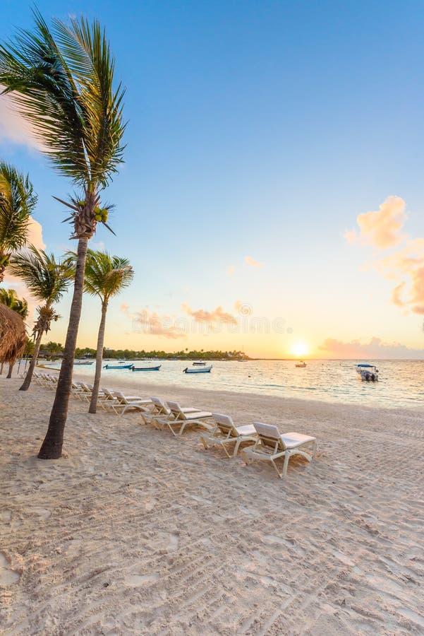 Baie d'Akumal - plage blanche des Caraïbes dans le Maya de la Riviera, côte de Yucatan et Quintana Roo, Mexique photos libres de droits