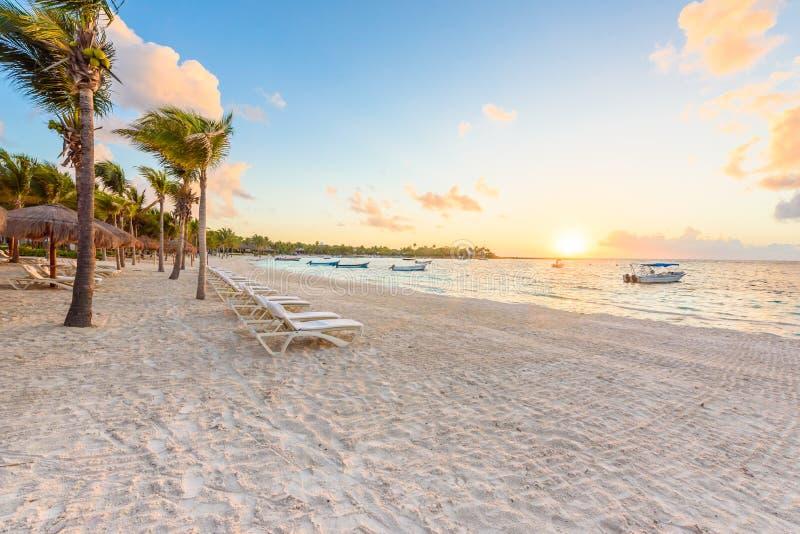 Baie d'Akumal - plage blanche des Caraïbes dans le Maya de la Riviera, côte de Yucatan et Quintana Roo, Mexique photo stock