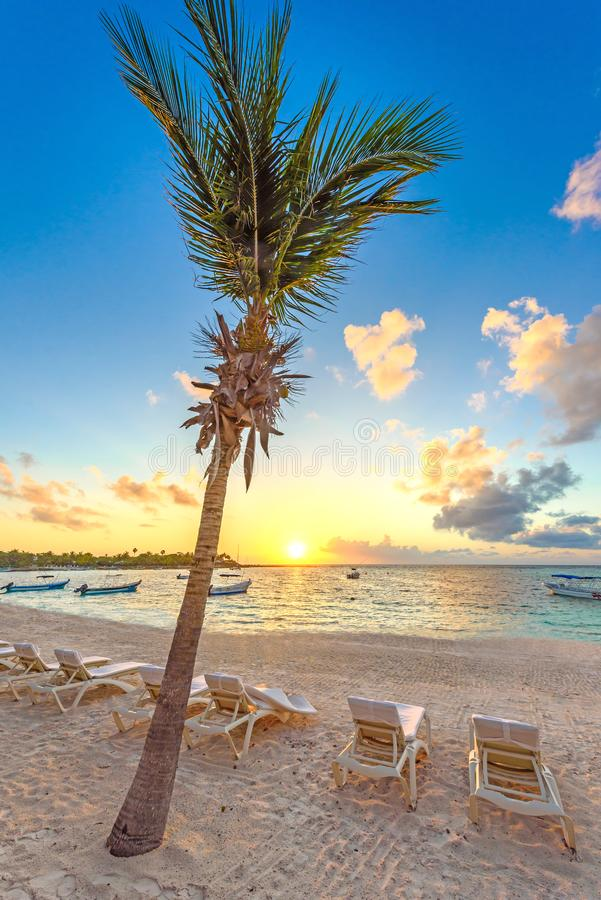Baie d'Akumal - plage blanche des Caraïbes dans le Maya de la Riviera, côte de Yucatan et Quintana Roo, Mexique photographie stock