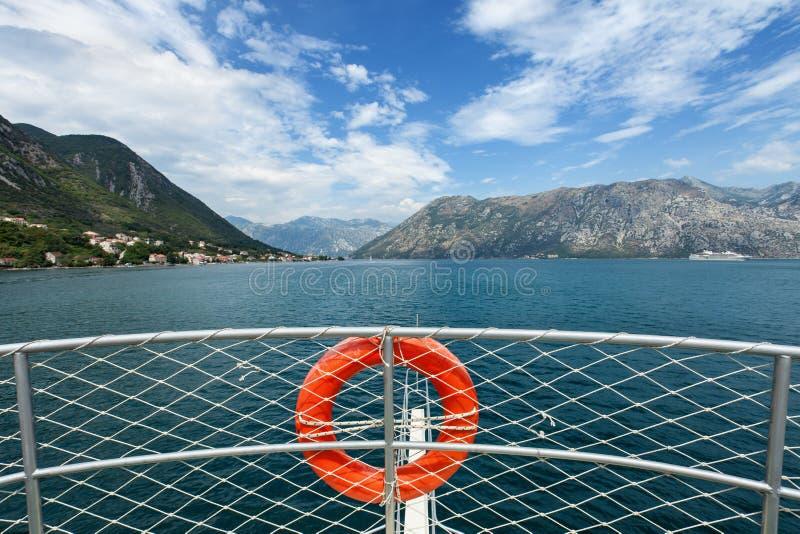 Baie de approche de bateau de touristes - vue du pont supérieur photos stock