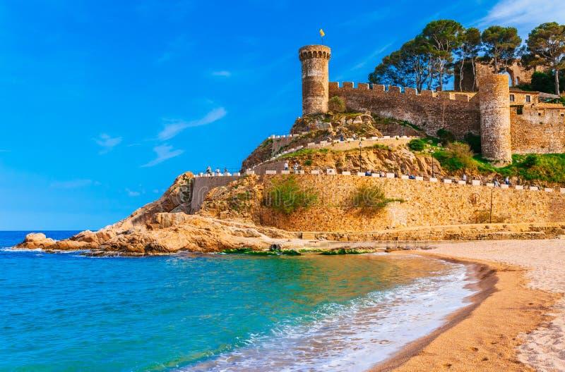 Baie de Badia de paysage de mer ? Tossa de Mar ? G?rone, Catalogne, Espagne pr?s de Barcelone Ch?teau m?di?val antique avec le sa image stock