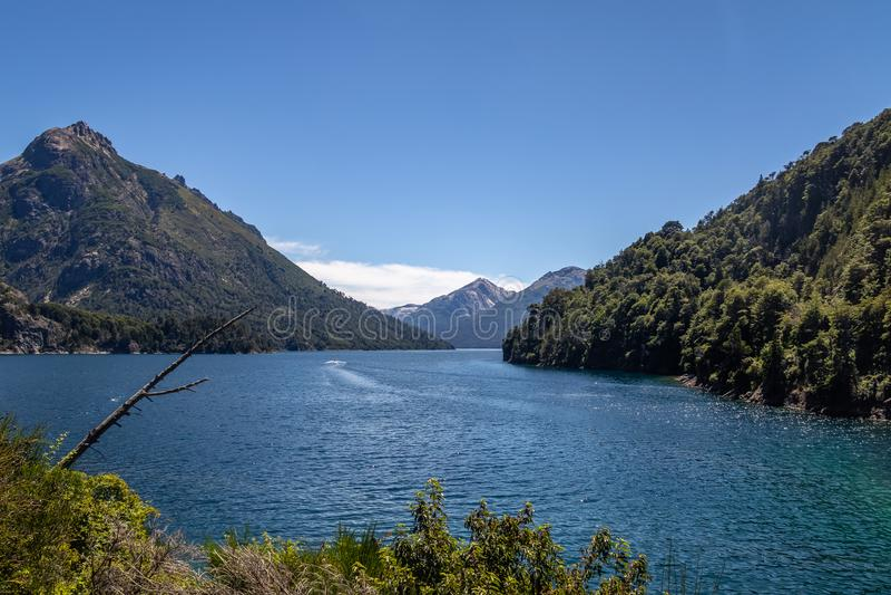 Baie de Bahia Lopez - de Lopez chez Circuito Chico - Bariloche, Patagonia, Argentine photo libre de droits