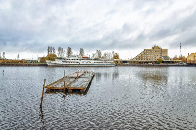 Baie de Bolshoy Kovsh (Salakkalahti) L'auberge de flottement Korolenko photos stock