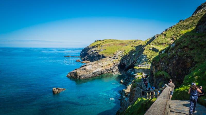 Baie de couleur d'eau de turquoise près du château de Tintagel dans les Cornouailles, R-U images stock
