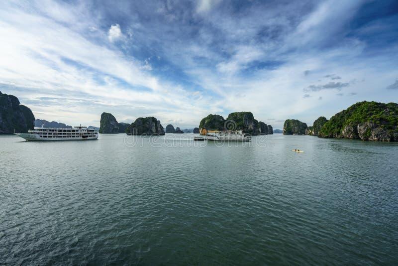 Baie de Halong avec les ordures de touristes et les îles rocheuses Point de repère populaire, destination célèbre du Vietnam photographie stock libre de droits