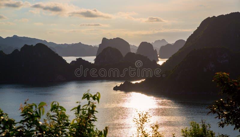 Baie de Halong par nuit, Vietnam photo stock