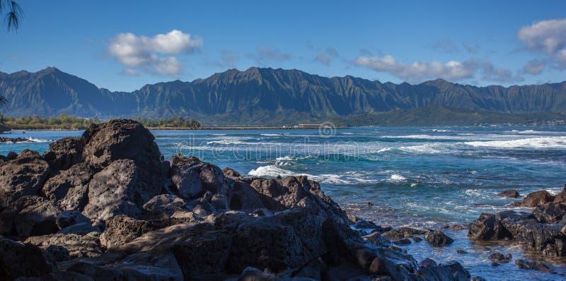 Baie de Kaneohe avec des montagnes à l'arrière-plan photo stock