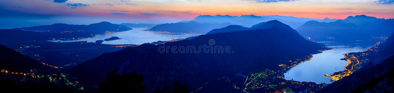 Baie de Kotor la nuit Panorama de haute résolution de baie de Boka-Kotorska Kotor, Tivat, Perast, Monténégro image stock