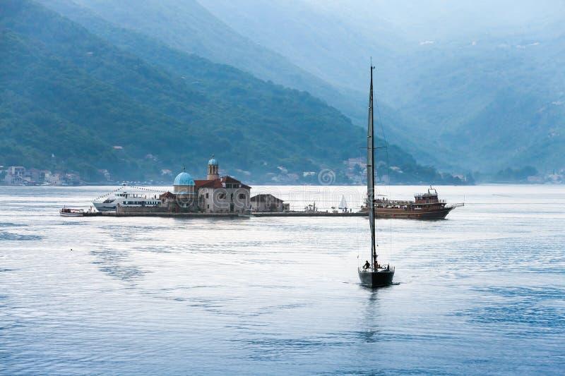 Baie de Kotor. Petit yacht d'île et de navigation images stock
