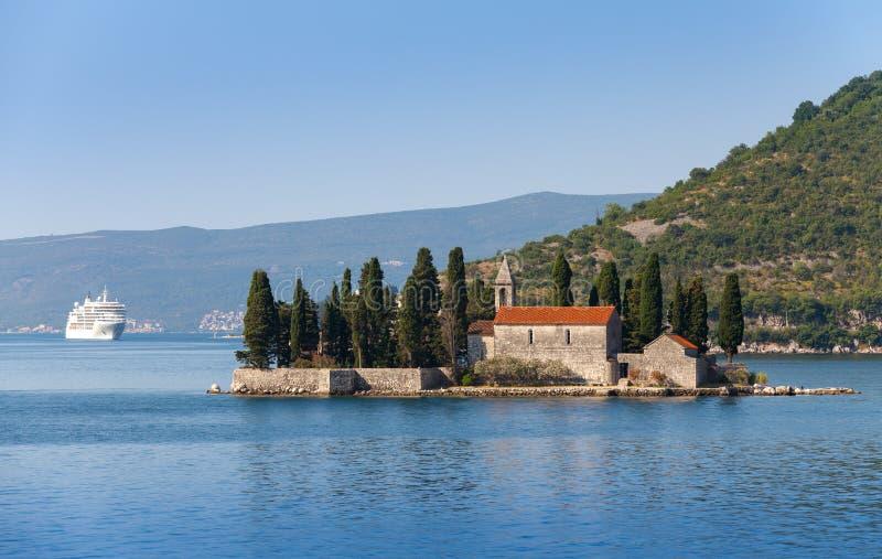 Baie de Kotor. Petite île avec le monastère photographie stock libre de droits