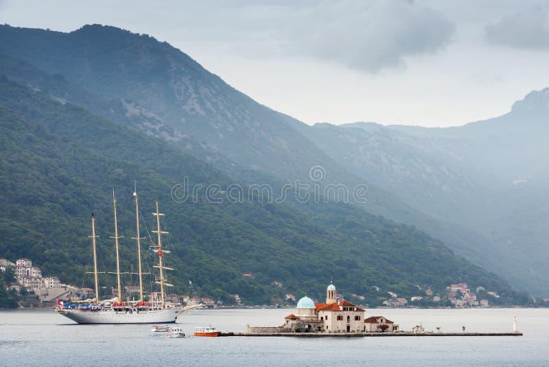 Baie de Kotor. Petite île et grand bateau photographie stock
