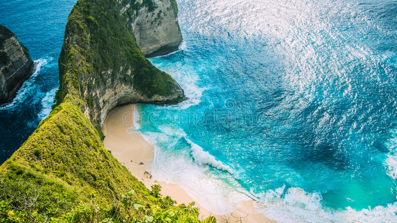 Baie de Manta ou plage de Kelingking sur l'île de Nusa Penida, Bali, Indonésie images libres de droits
