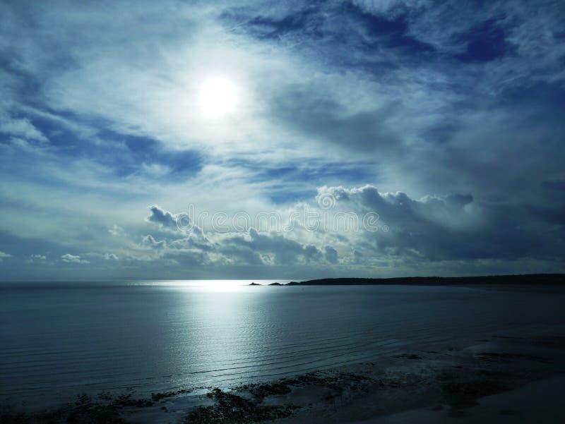 Baie de marmonnements de la tour méridienne de la marina de Swansea images stock
