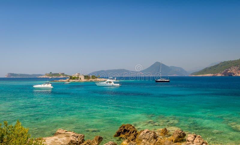 Baie de Mer Adriatique près de fort Arzla Ancrage de bateau images stock