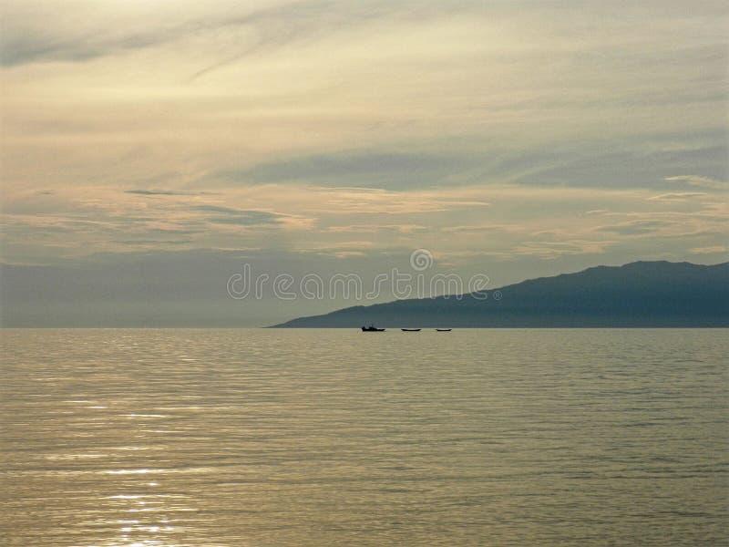 Baie de mer avec des bateaux image stock