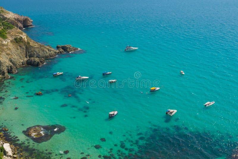 Baie de mer avec des bateaux photographie stock libre de droits