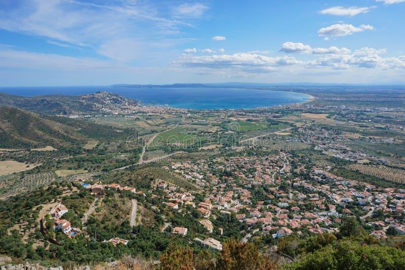 Baie de paysage de l'Espagne Costa Brava et ville des roses images stock