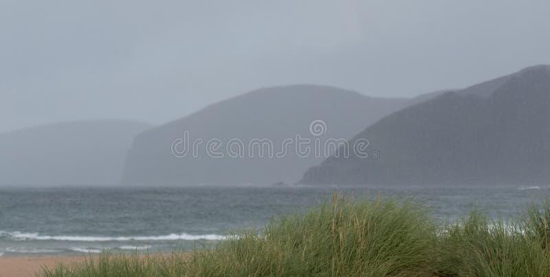 Baie de Sandwood, montagnes de l'Ecosse Baie à distance avec le sable, les dunes et les roseaux blancs Situé sur la côte écossais images stock