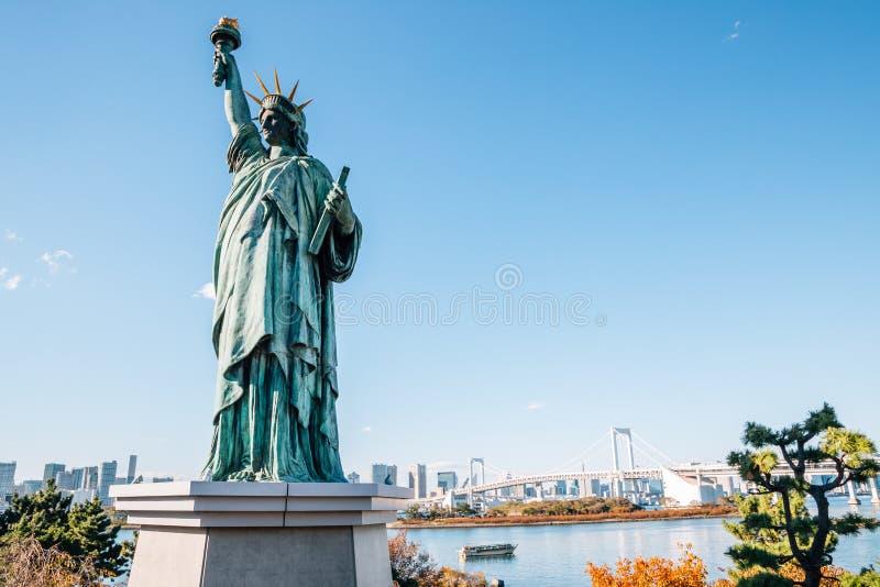 Baie de Tokyo et pont en arc-en-ciel d'Odaiba et statue de la liberté au Japon images stock