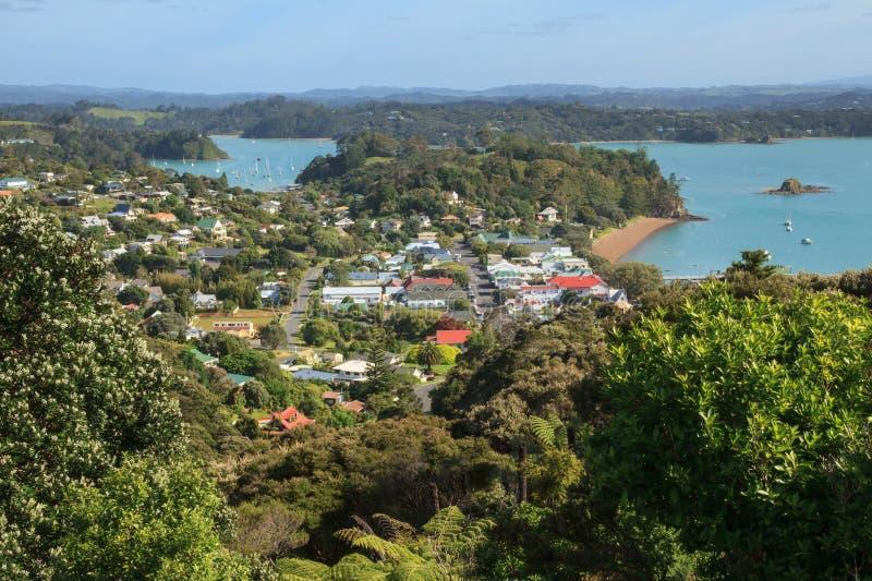 Baie des îles, Nouvelle-Zélande : Banlieue noire de Russell photo stock