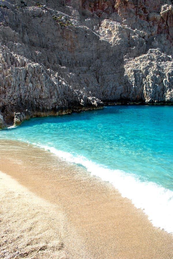 Baie fantastique avec l'eau bleue, le sable blanc et les roches dans le méditerranéen image stock
