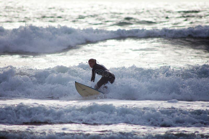 Baie les Cornouailles R-U de Widemouth de surfer de fille photos stock