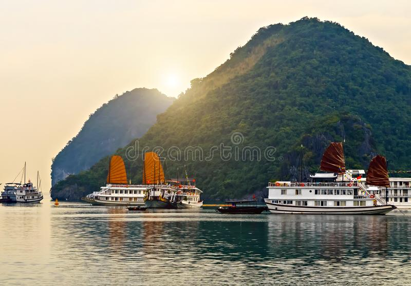 Baie long d'ha de navigation d'or de revêtement de Cruse, site de patrimoine mondial de l'UNESCO du Vietnam photographie stock libre de droits
