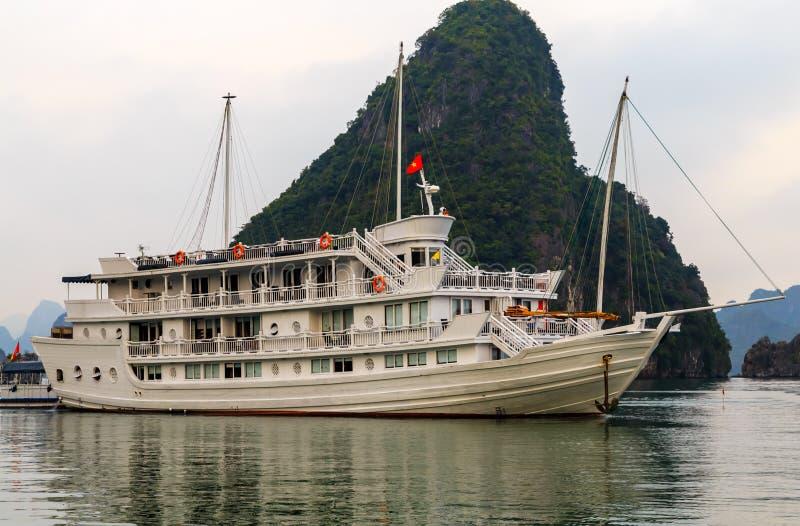 Baie long d'ha de revêtement de Cruse, site de patrimoine mondial de l'UNESCO du Vietnam images stock