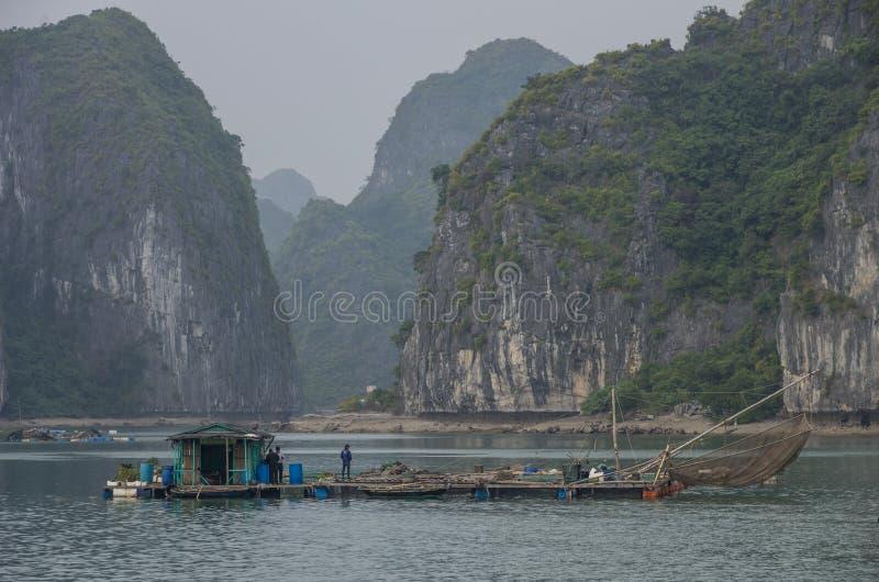 Baie longue des ha, Vietnam, le 3 janvier 2015 : Vue de floati long de baie d'ha images stock