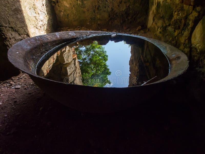Baie Sugar Mill Interior, vieille réflexion de cuvette en métal, St John, U de récif S Parc national des Îles Vierges photos libres de droits