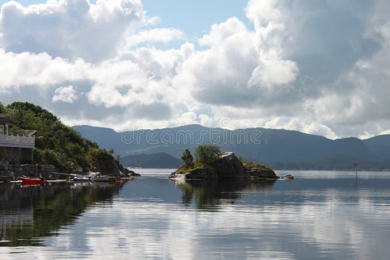 Baie tranquille dans le fjord photographie stock libre de droits
