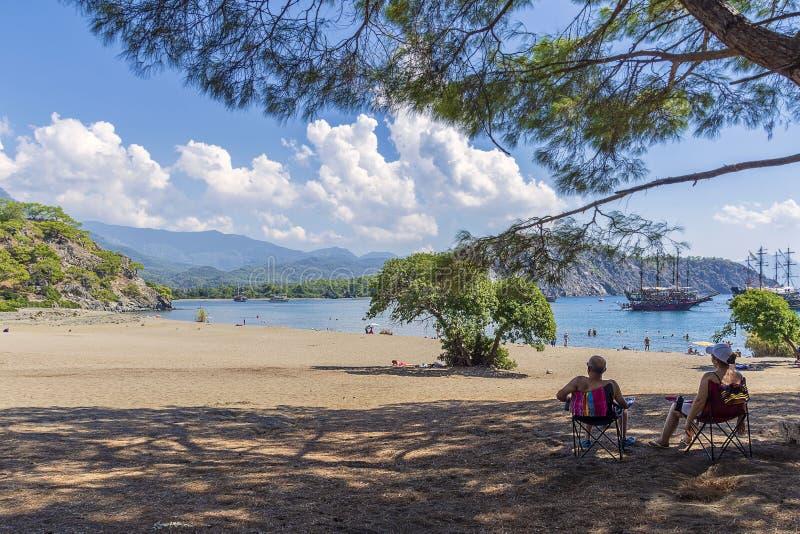 Baie tranquille dans le secteur des ruines historiques de la ville de Phaselis, de belle mer, de végétation verte, de bateaux et  images libres de droits
