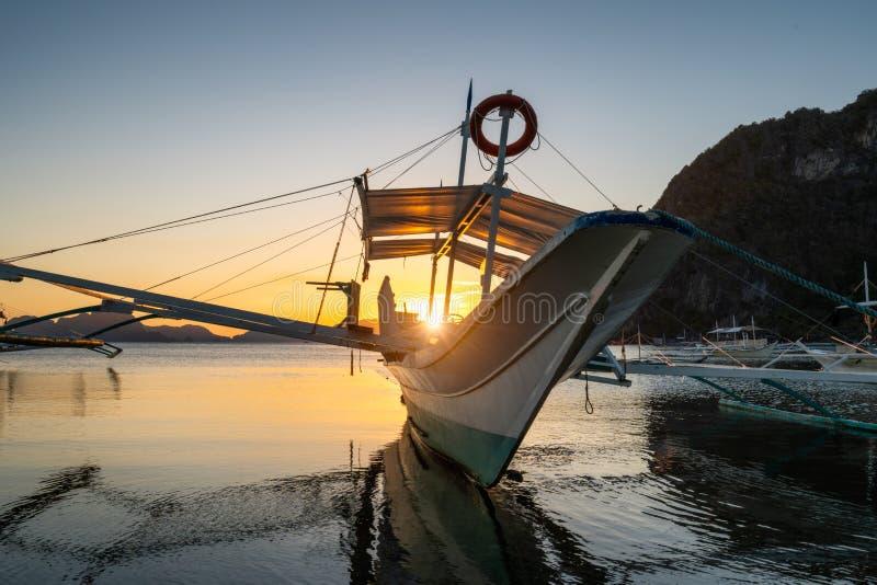 Baie tropicale de port dans la soirée Heure d'or dans la lagune à Philippines, Palawan, EL Nido Coucher du soleil sur la plage Sc images stock
