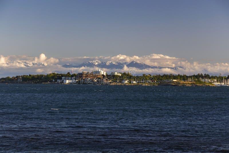 Baie Victoria Vancouver Island de chêne et montagnes couronnées de neige de péninsule olympique à Washington Etats-Unis photos stock