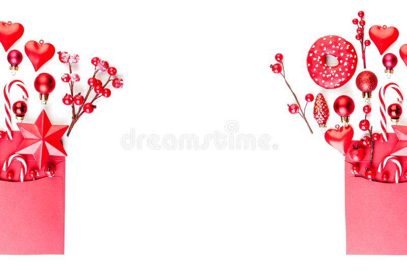 Baies, étoile et décorations de houx de fond de bannière de Noël dans l'enveloppe rouge d'isolement sur le blanc Vue supérieure é images libres de droits