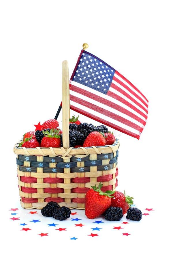 Baies dans le panier patriotique avec l'indicateur photographie stock libre de droits