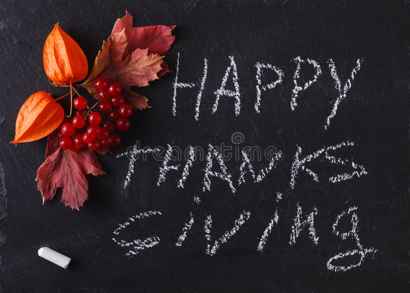 Baies de chute sur le fond noir avec le thanksgiving heureux de mot images stock