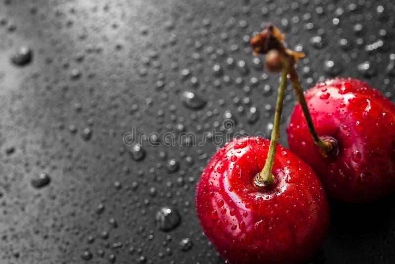 Baies rouges de cerise dans des baisses de l'eau photo libre de droits