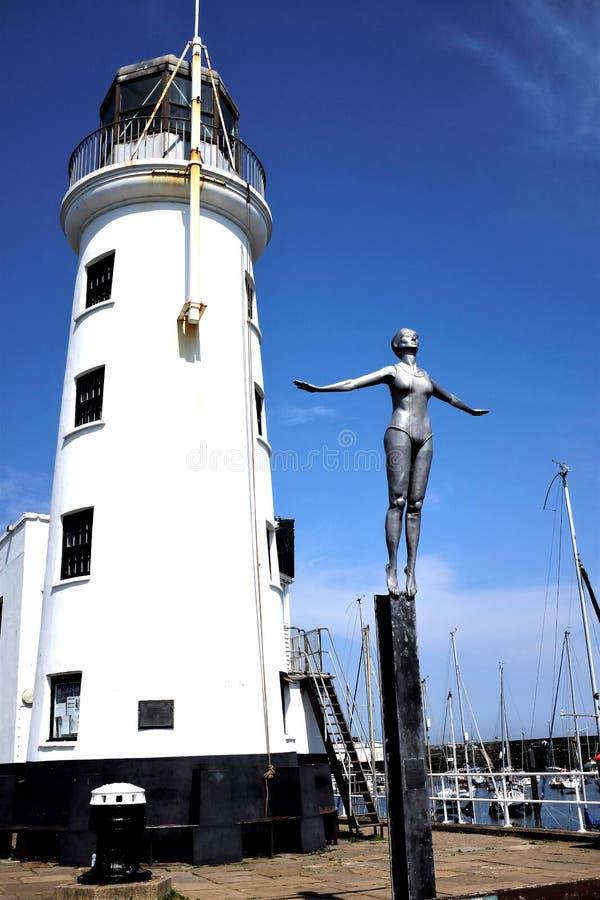 Baigner le phare de belle et de port, Scarborough, Yorkshire photographie stock libre de droits
