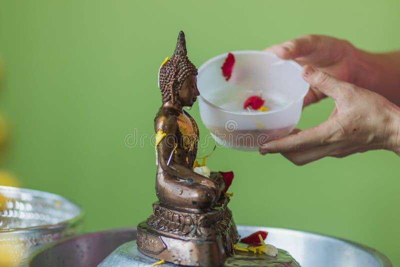Baigner le rite pour l'image de Bouddha sur le festival de Songkran photos stock