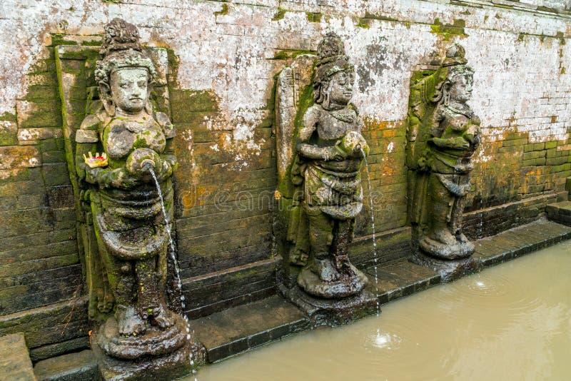 Baigner les chiffres traditionnels de temple en caverne d'éléphant de temple de Goa Gajah sur Bali photos libres de droits