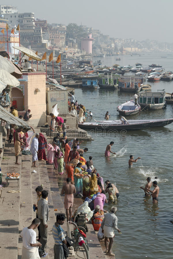 Baigneurs en rivière le Gange, Varanasi, Inde photo stock