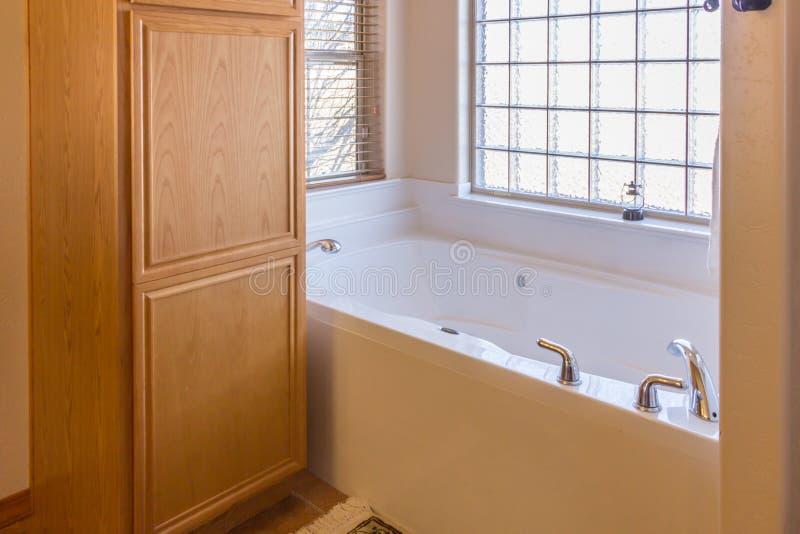 Baignoire élégante dans la salle de bains images libres de droits