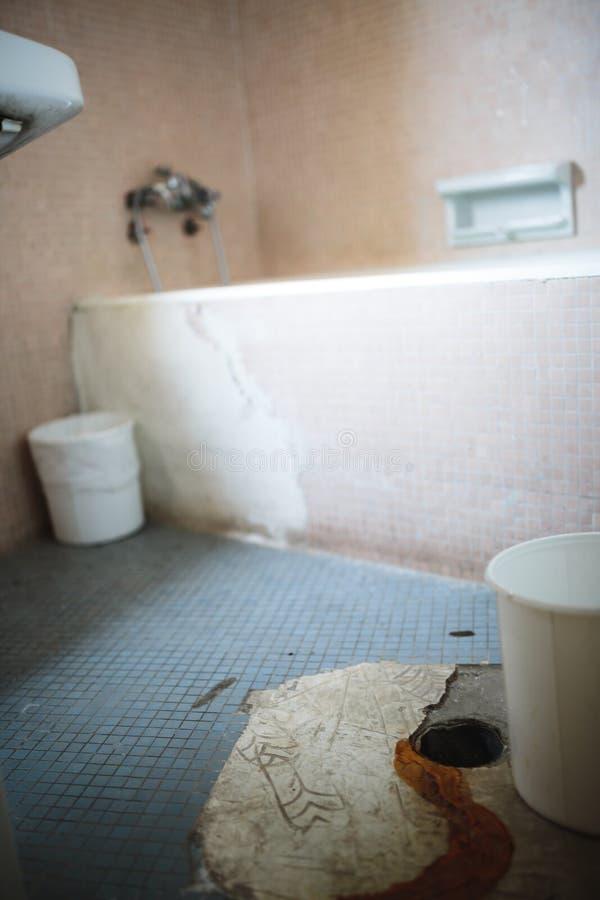 Baignoire abandonnée photographie stock libre de droits