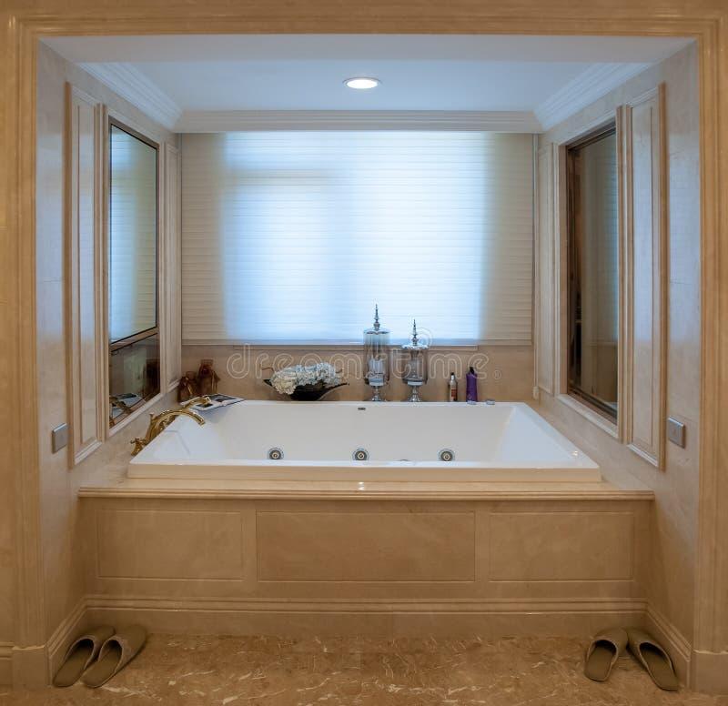 baignoire carr e image stock image du obturateurs luxe. Black Bedroom Furniture Sets. Home Design Ideas