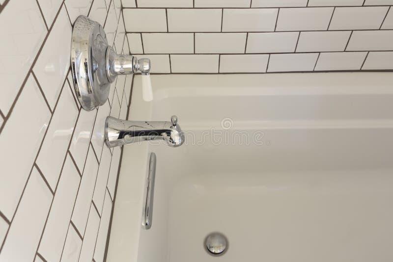 Baignoire classieuse blanche dans la salle de bains principale image libre de droits