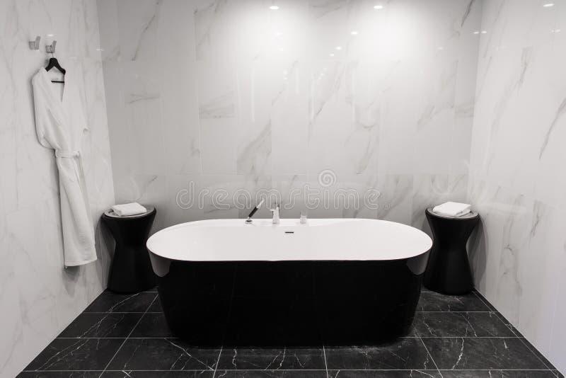 Baignoire de luxe dans une salle de bain carrelée photographie stock