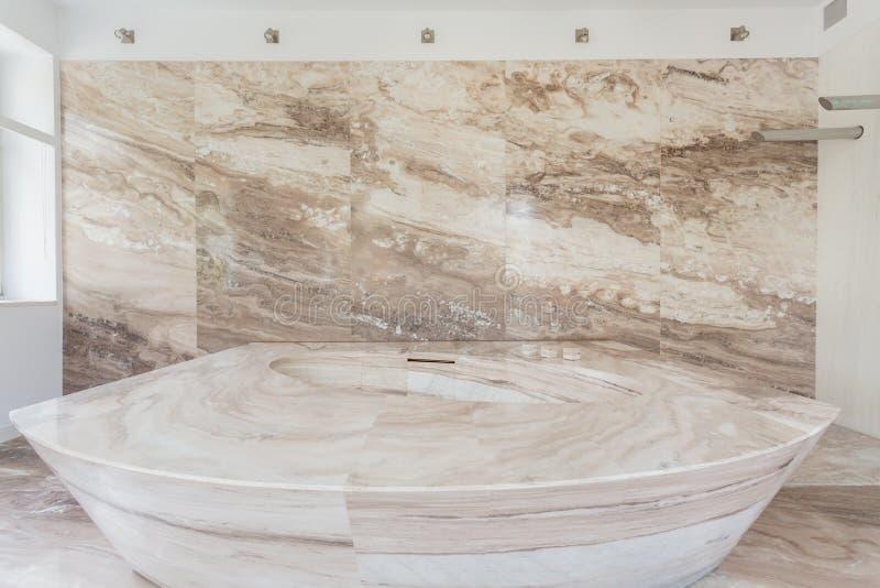 Baignoire de marbre dans une salle de bains photo stock