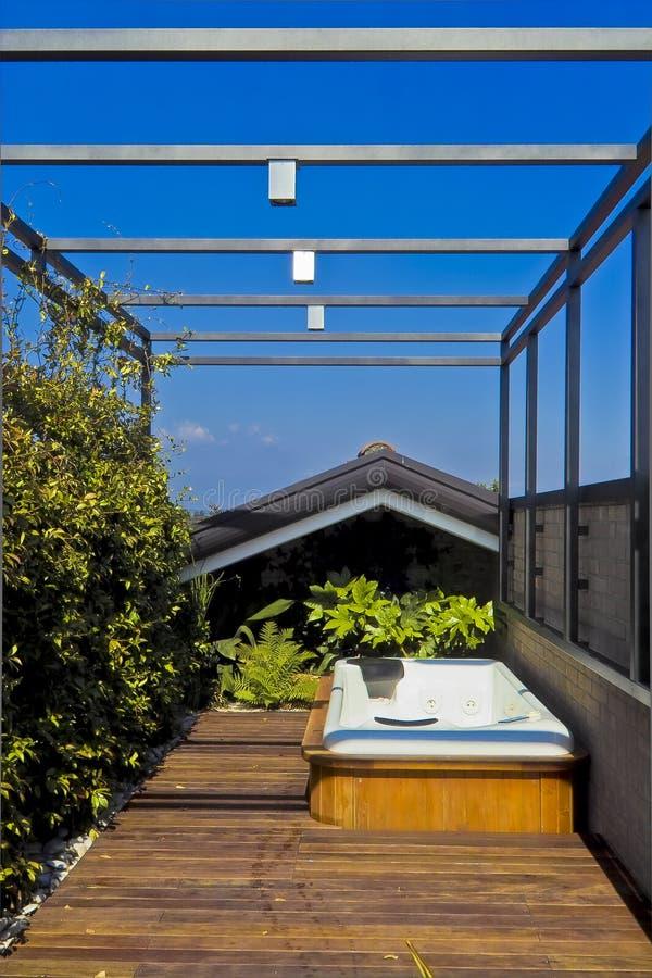 Baignoire de massage de Ydro sur la terrasse photos libres de droits